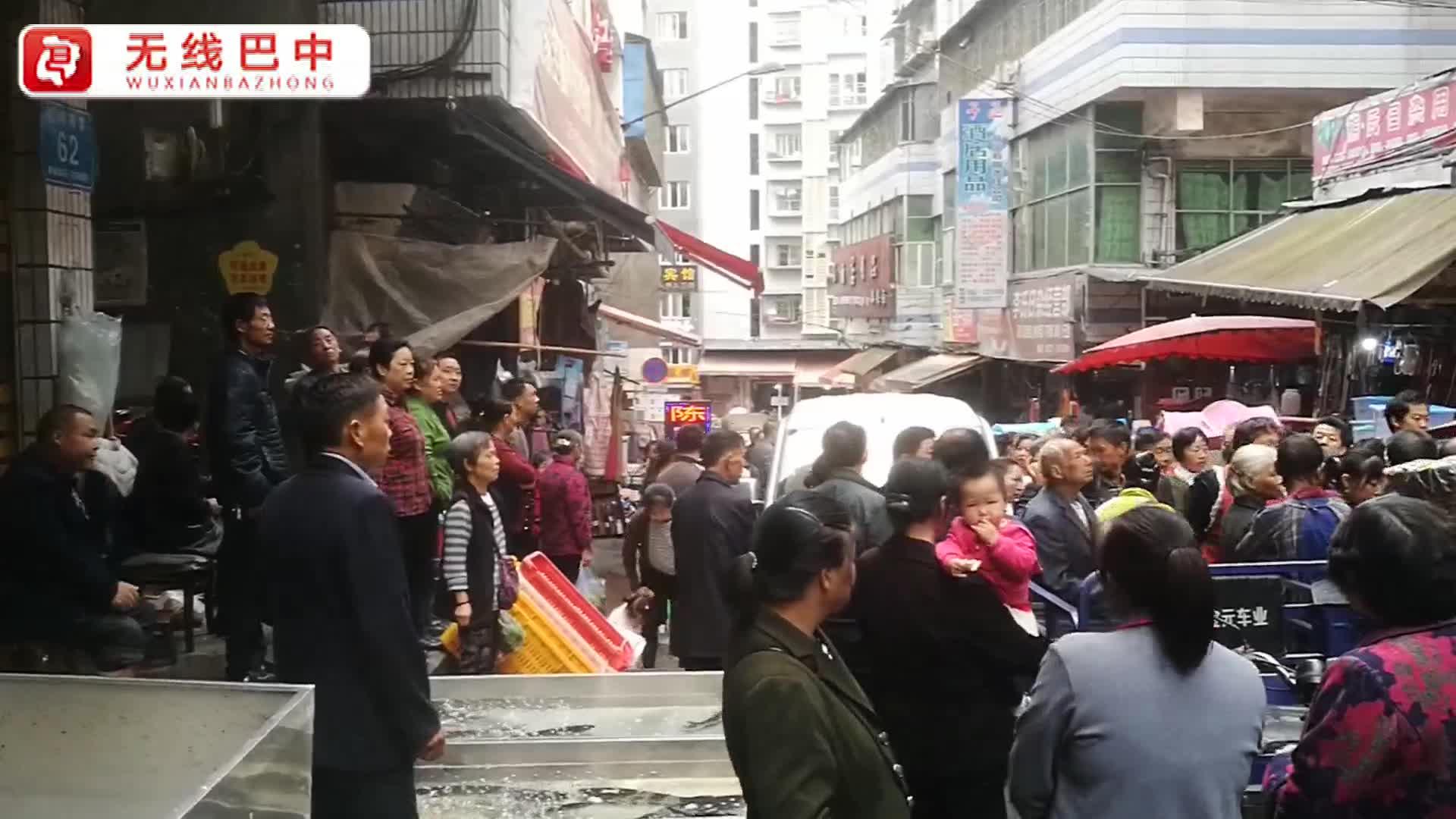 巴城:闹市冲突 宝马男子当街持棍状物打人
