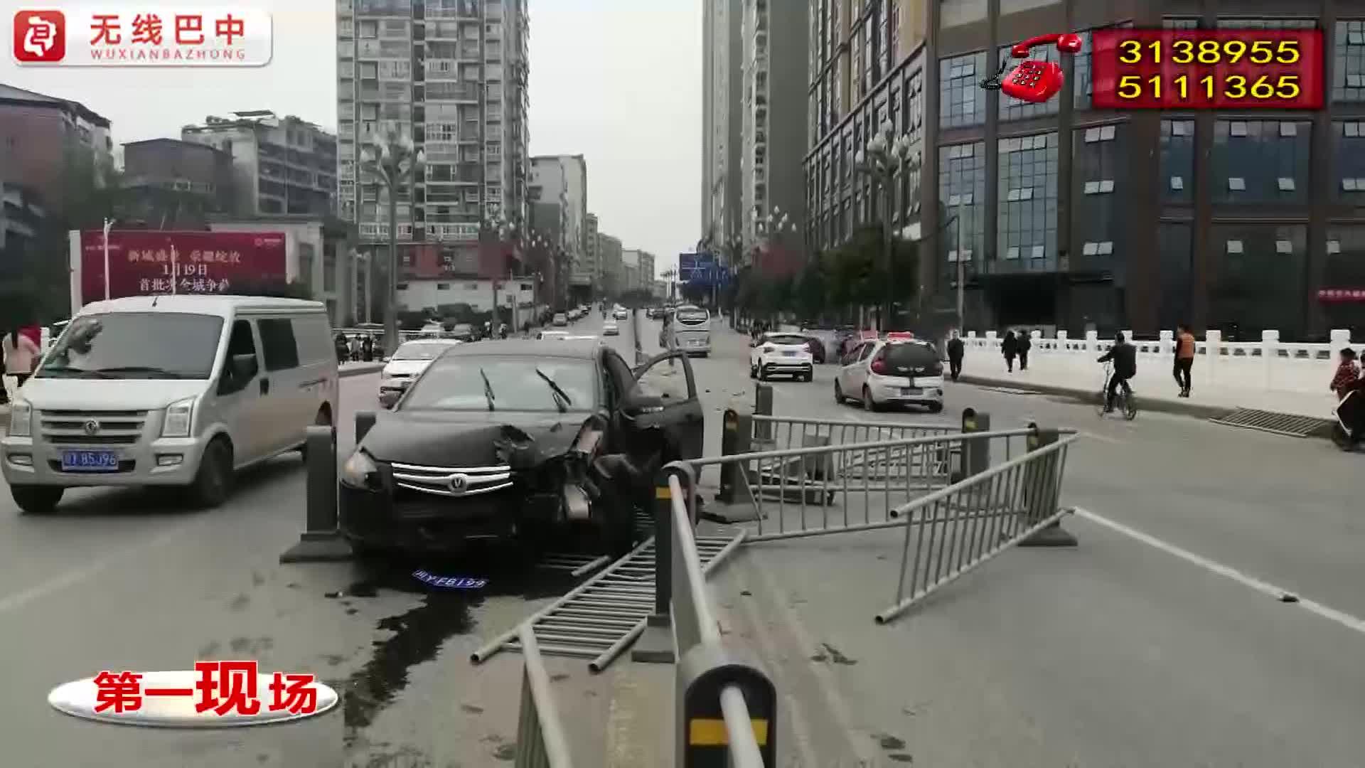 巴城体育馆路段一小轿车撞毁隔离护栏数十米