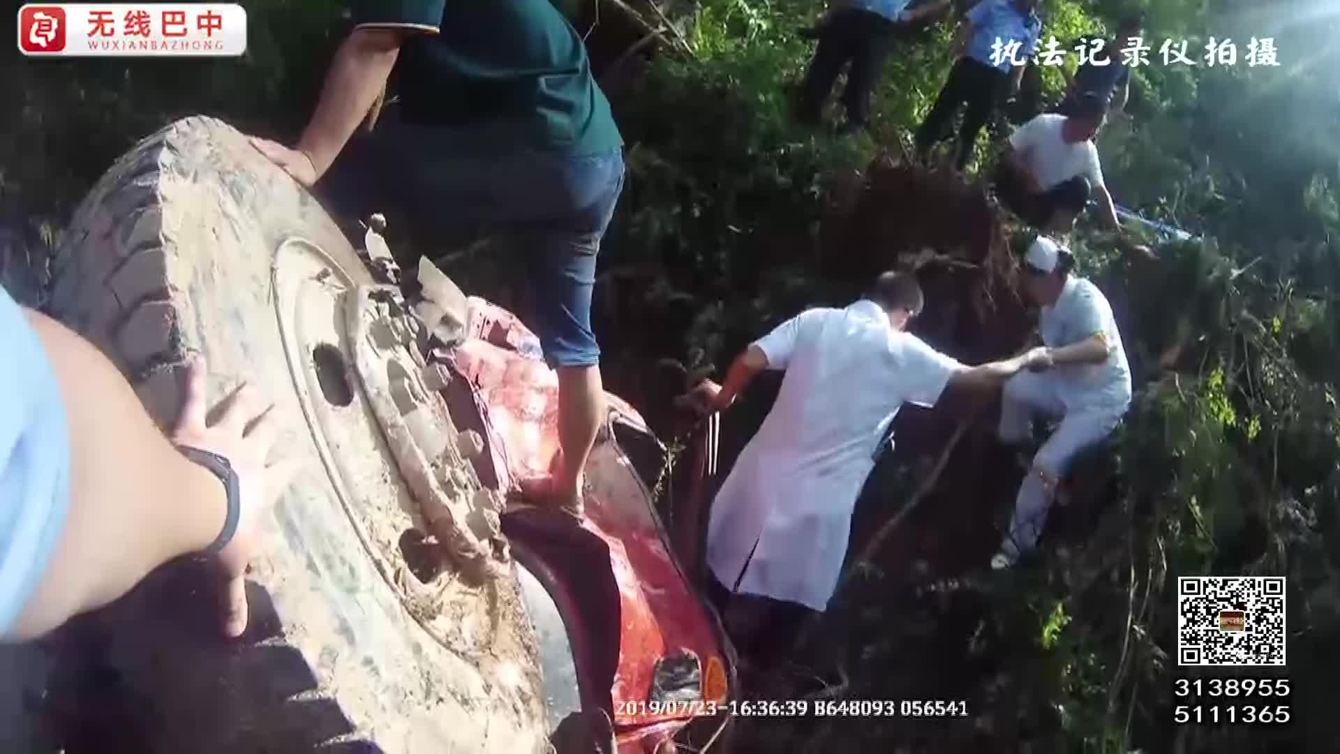 通江:一货车翻落悬崖2人被困 ?警群合力开辟救生通道施救